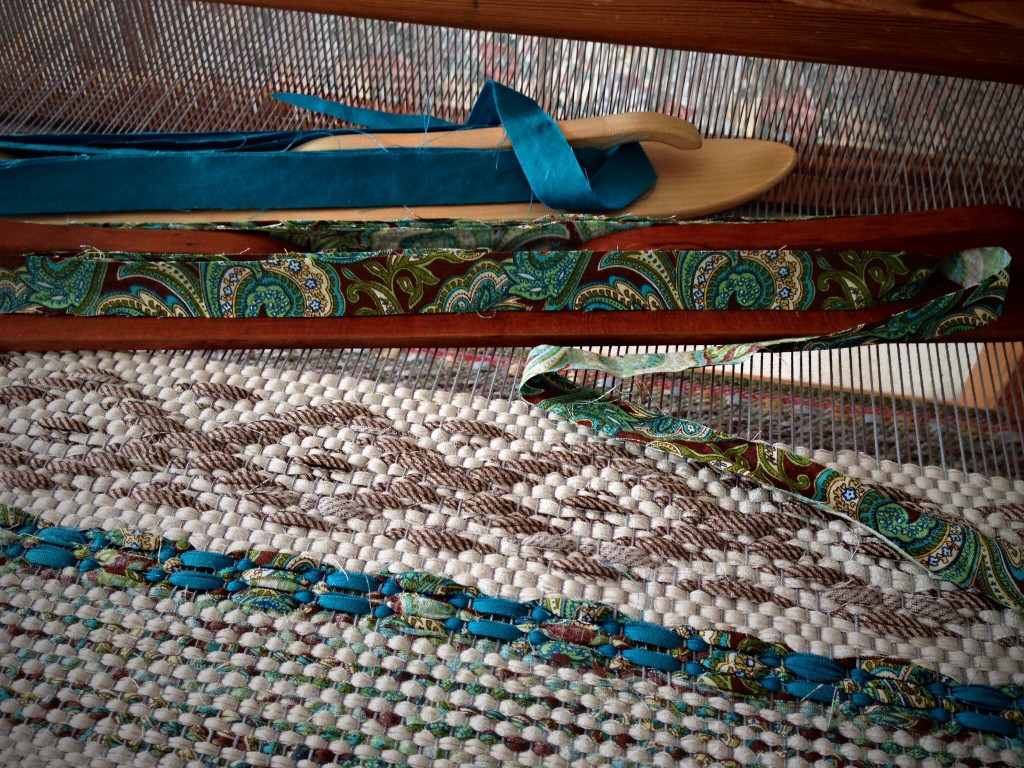 Rosepath rag rug on the loom. 2 of 5. ki