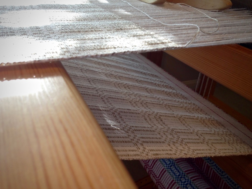 Halvdräll on the loom. View of the back of the cloth.