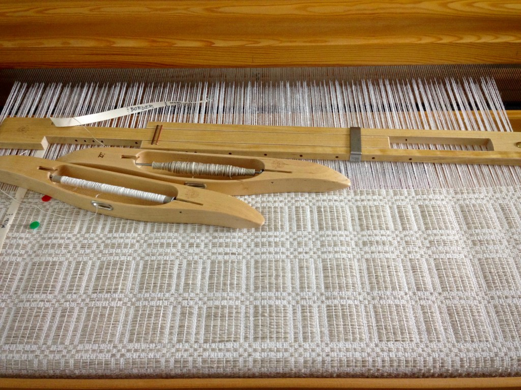 Elegant monochrome halvdräll on the loom. Karen Isenhower