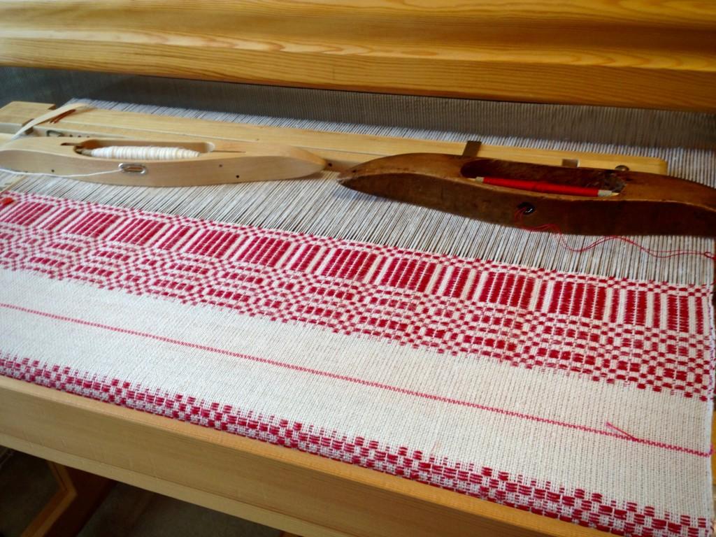 Halvdräll on the loom. Christmas table square.