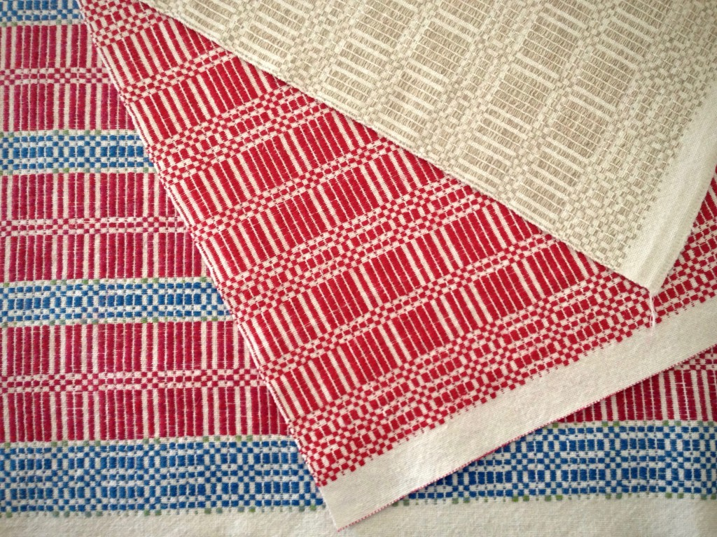 Halvdräll table squares with linen pattern weft.