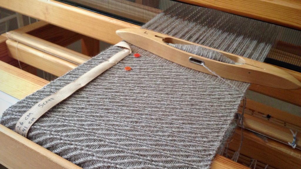 Alpaca scarf on the loom. 8-shaft wavy twill.