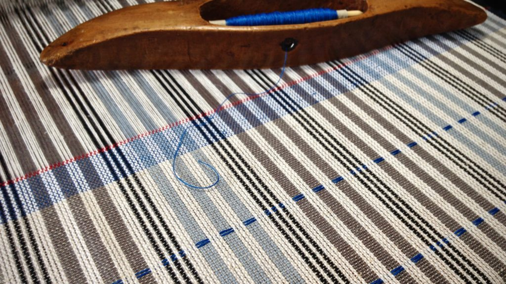 Blue 16/1 linen is used to weave the hem. Karen Isenhower