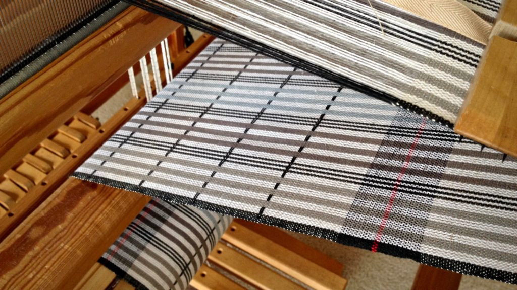 Plattväv towels on the loom. Narrow warp stripes advantage.
