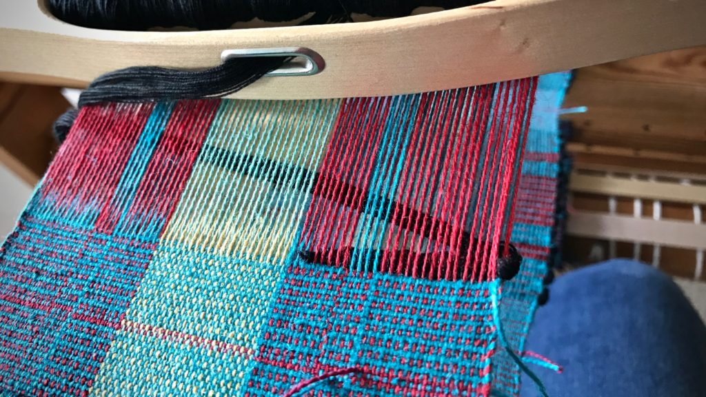 Tucking in string yarn weft tails. Tips.