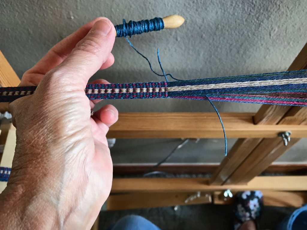 How to overlap wefts on the band loom.